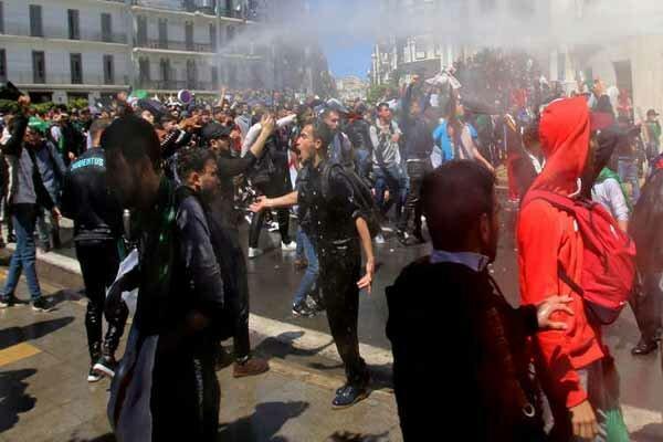 پلیس الجزایر با گاز اشک آور تظاهرات کنندگان را متفرق کرد