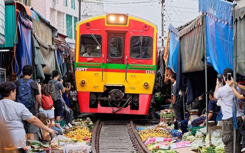 خرید همراه با ترس و هیجان در بازار ریلی مائک لانگ بانکوک