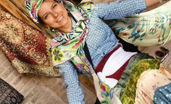 تصویری متفاوت یک گردشگر خارجی در میبد ، لباس های سنتی ایرانی بر تن زن ایتالیایی