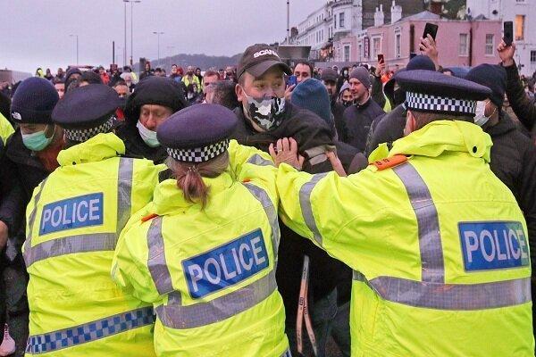 پلیس انگلیس با رانندگان کامیون درگیر شد